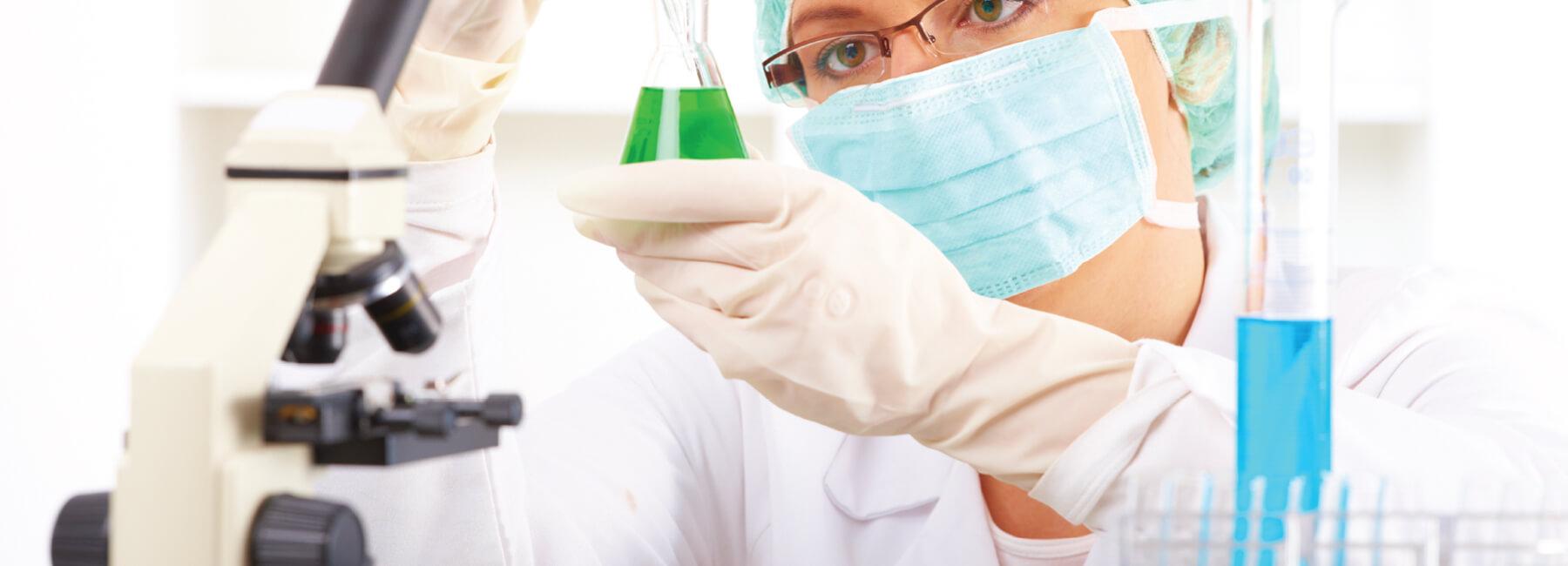 Científico en laboratorio con una muestra