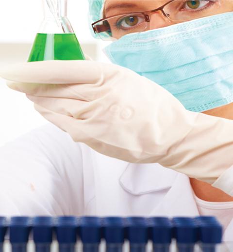 Científica con muestra en la mano